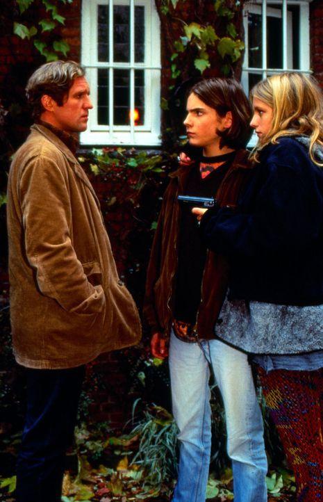 Nicolas (Daniel Brühl, M.) hat nicht geglaubt, dass Eva (Marlene Meyer-Dunker, r.) ihr Vorhaben, seinen Vater (Harald Krassnitzer, l.) zu töten, wir... - Bildquelle: SAT.1