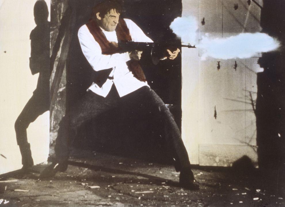 Wenn Gefahr naht, fackelt Clyde Barrow (Warren Beatty) nicht lange und greift zu seiner Waffe ... - Bildquelle: Warner Bros.