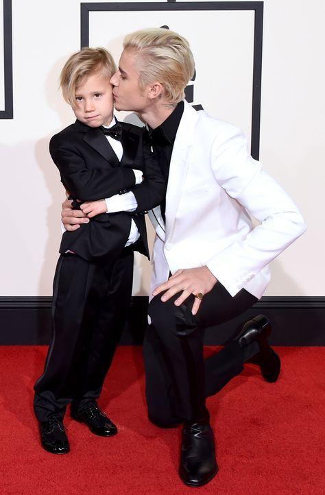 Grammys 2016: Justin Bieber und Halbbruder Jaxon - Bildquelle: Jason Merritt / GETTY IMAGES NORTH AMERICA / AFP