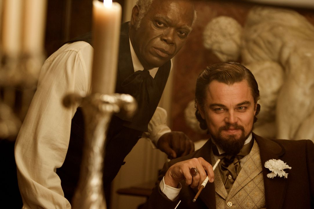 Als der Haussklave Stephen (Samuel L. Jackson, l.) Dr. Schultz' Spiel durchschaut, treibt Plantagenbesitzer Calvin Candie (Leonardo DiCaprio, r.) de... - Bildquelle: 2012 Columbia Pictures Industries, Inc.  All Rights Reserved.