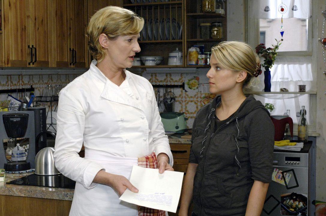 Susanne (Heike Jonca, l.) stellt Anna (Jeanette Biedermann, r.) zur Rede und wirft ihr vor, dass sie den Brief geschrieben hat. - Bildquelle: Oliver Ziebe Sat.1