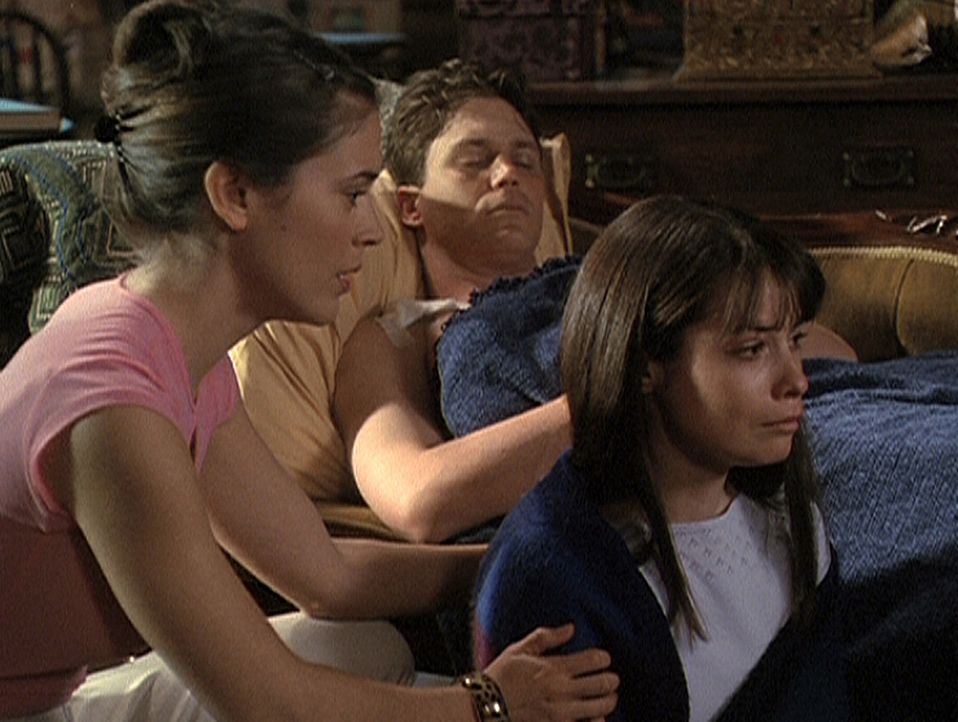 Phoebe (Alyssa Milano, l.) weiß nicht, wie sie ihre Schwester Piper (Holly Marie Combs, r.) trösten soll, denn Leo (Brian Krause, M.) wurde von ei... - Bildquelle: Paramount Pictures