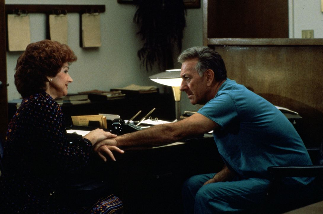 Marsha Leventhal (Chevi Colton, l.) bittet Quincy (Jack Klugman, r.) um Hilfe. - Bildquelle: Universal Pictures