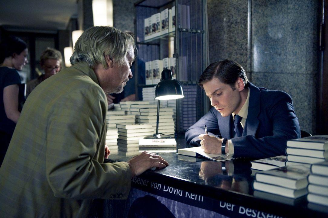Sein schlimmster Alptraum wird wahr. Jacky (Henry Hübchen, l.), der wahre Autor des Buches steht plötzlich vor David (Daniel Brühl, r.). Doch was... - Bildquelle: Warner Brothers