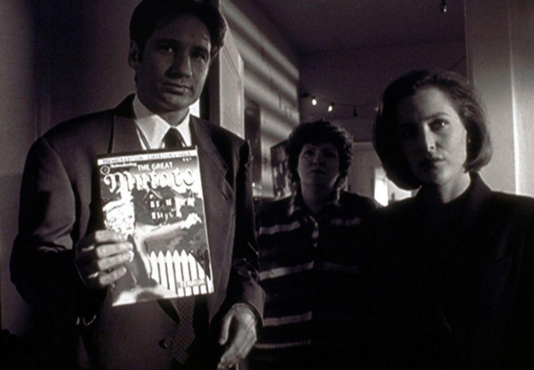 """Mulder (David Duchovny, l.) und Scully (Gillian Andersonr, r.) konfrontieren den jungen Autor mit seinem Comic """"Der Große Mutato"""". - Bildquelle: TM +   2000 Twentieth Century Fox Film Corporation. All Rights Reserved."""