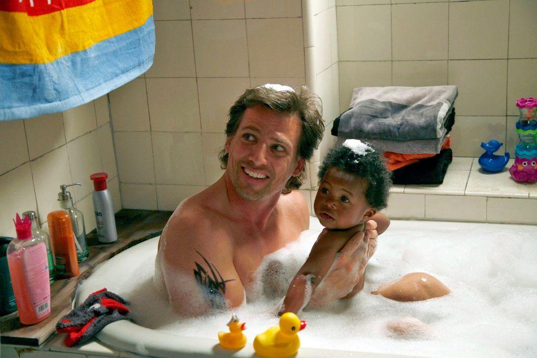 Nachdem alle Versuche, Ersatz für Elli Raschke zu finden, gescheitert sind, geht Alex (René Steinke, l.) mit Fanny (Soraya Haack, r.) erst mal baden... - Bildquelle: Christoph Assmann Sat.1