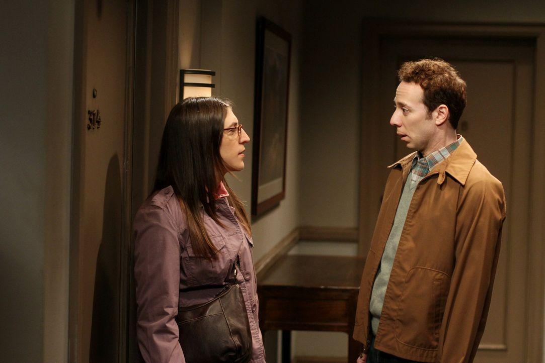 Da Sheldon die Möglichkeit ausschließt, dass Amy (Mayim Bialik, l.) auf Stuarts (Kevin Sussman, r.) Einladung eingeht und die Frage für ihn daher... - Bildquelle: Warner Bros. Television