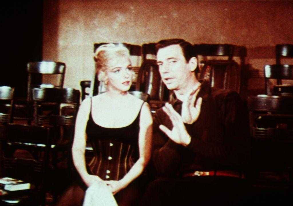 Der Multimillionär Jean-Marc Clement (Yves Montand, r.) lässt sich beim Theater anstellen, um seiner angebeteten Amanda (Marilyn Monroe, l.) nahe se... - Bildquelle: 20th Century Fox Film Corporation
