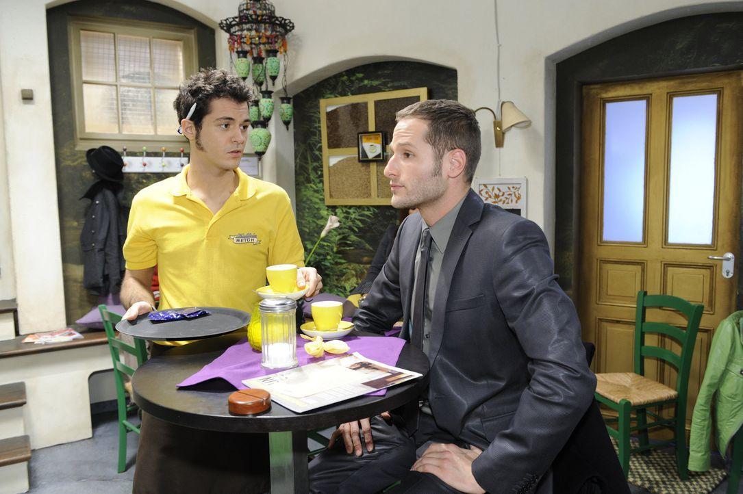 Während Jojo versucht, Lily aus dem Weg zu gehen, muss sich Maik (Sebastian König, l.) mit David (Lee Rycher, r.) herumschlagen ... - Bildquelle: SAT.1