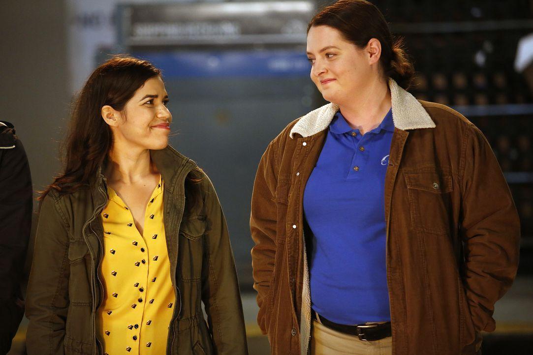 Die gemeinsame Überführung einer Ladendiebin hat die beiden zusammengeschweißt. Doch Dina (Lauren Ash, r.) hat an diesem Arbeitstag auch Amy (Americ... - Bildquelle: Greg Gayne 2015 Universal Television LLC. ALL RIGHTS RESERVED.