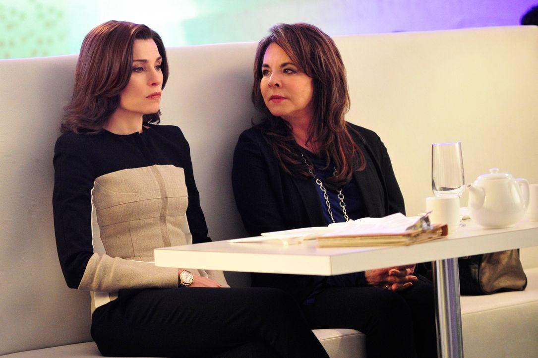 Alicia (Julianna Margulies, l.) sucht Rat bei ihrer Mutter Veronica (Stockard Channing, r.) ... - Bildquelle: John Paul Filo 2014 CBS Broadcasting, Inc. All Rights Reserved