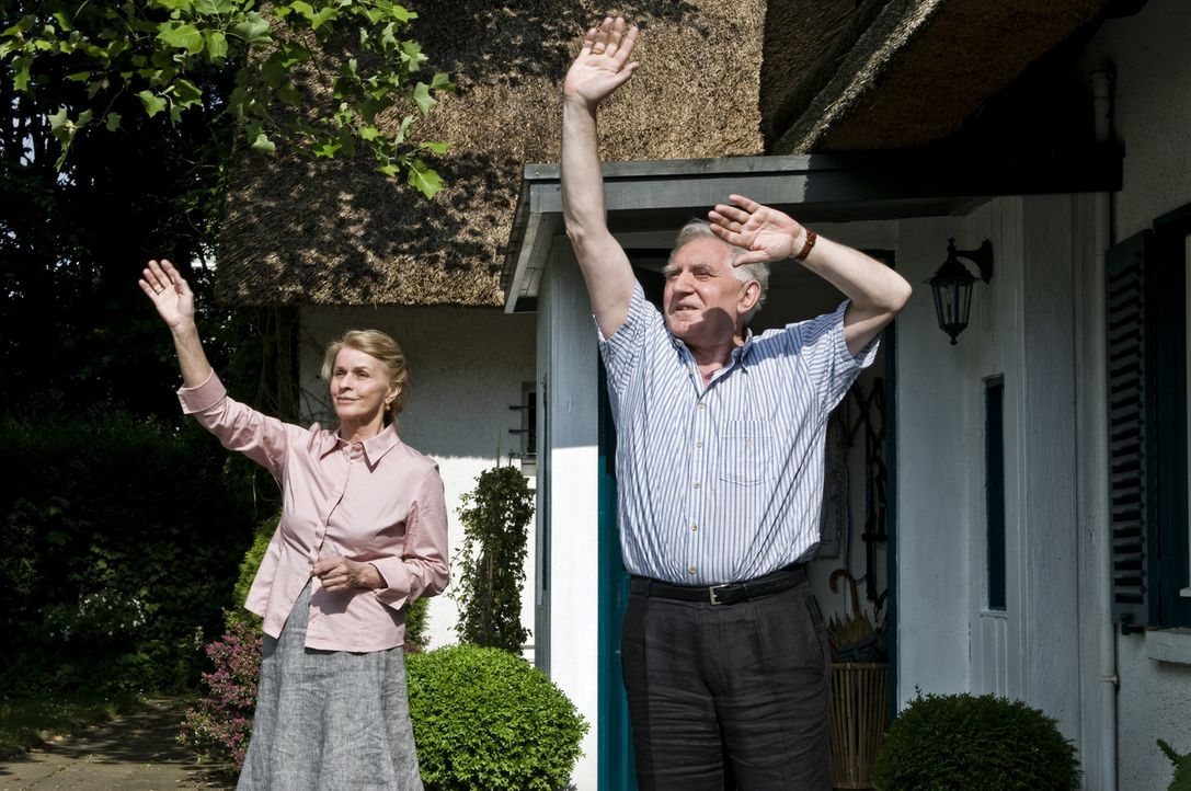Während Dorothea (Senta Berger, l.) anfangs nicht davon begeistert ist, all ihre Töchter wieder im Haus zu haben, sind für Papa Henning (Jan Decl... - Bildquelle: 3L Filmverleih