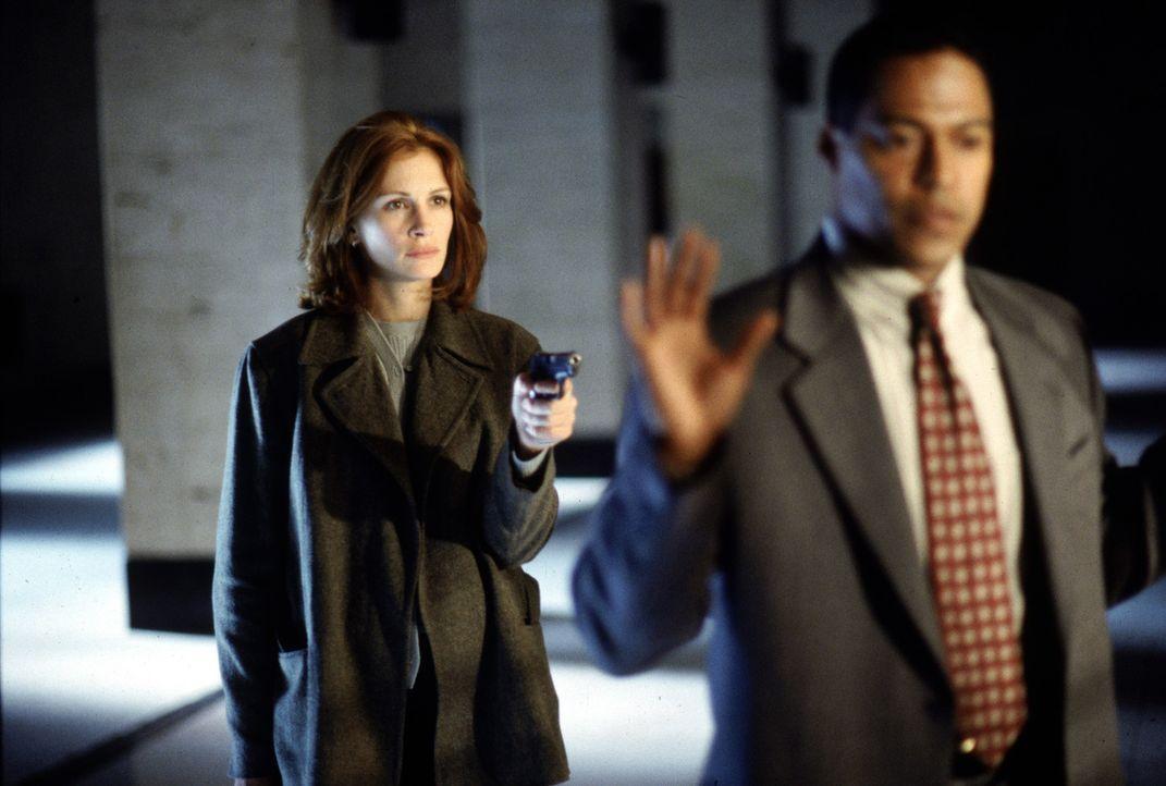 Unglücklicherweise rechnet Agent Lowry (Cylk Cozart, r.) nicht mit der Aufmerksamkeit von Alice (Julia Sutton, l.) ... - Bildquelle: Warner Bros. Pictures