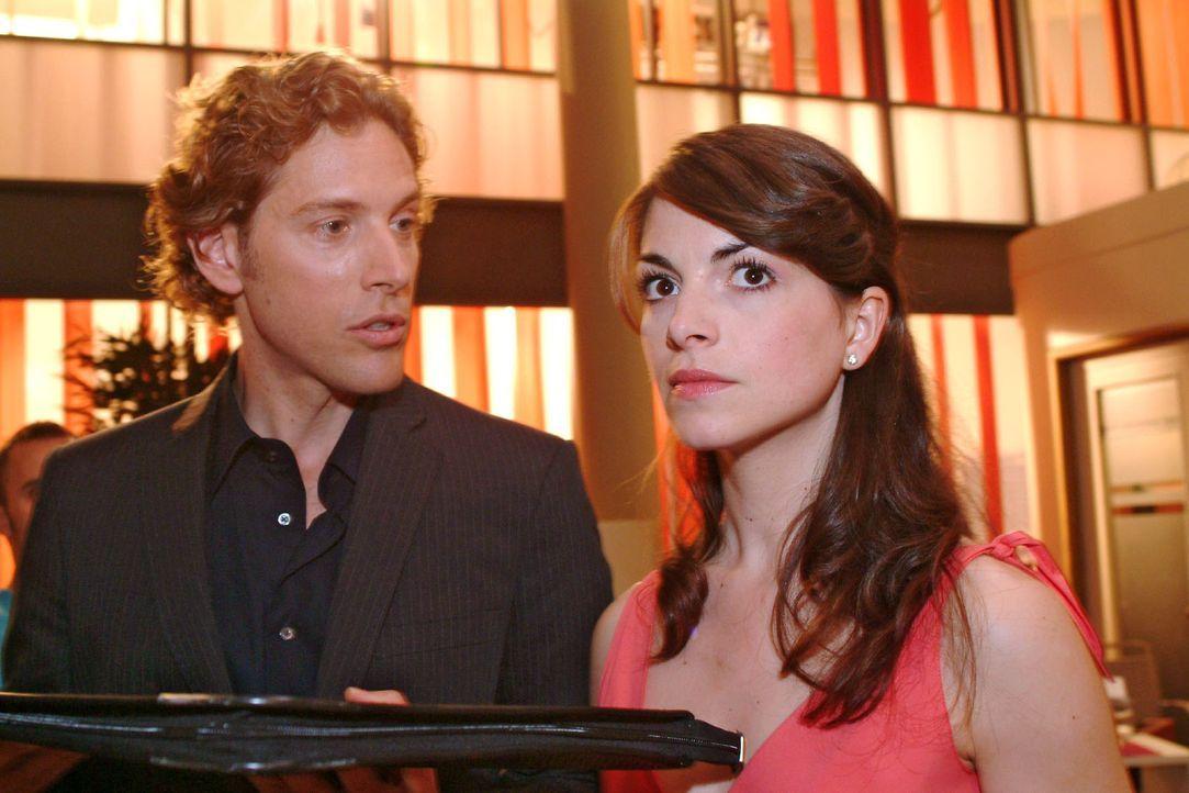 Mariella (Bianca Hein, r.) muss erkennen, dass sich Lars (Clayton M. Nemrow, l.) nicht so leicht abwimmeln lässt. - Bildquelle: Monika Schürle Sat.1