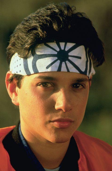 Daniel (Ralph Macchio) soll seinen Karate-Titel gegen den brutalen Mike Barnes verteidigen. Da Karatemeister Miyagi sich weigert, ihn zu trainieren,... - Bildquelle: Columbia Pictures