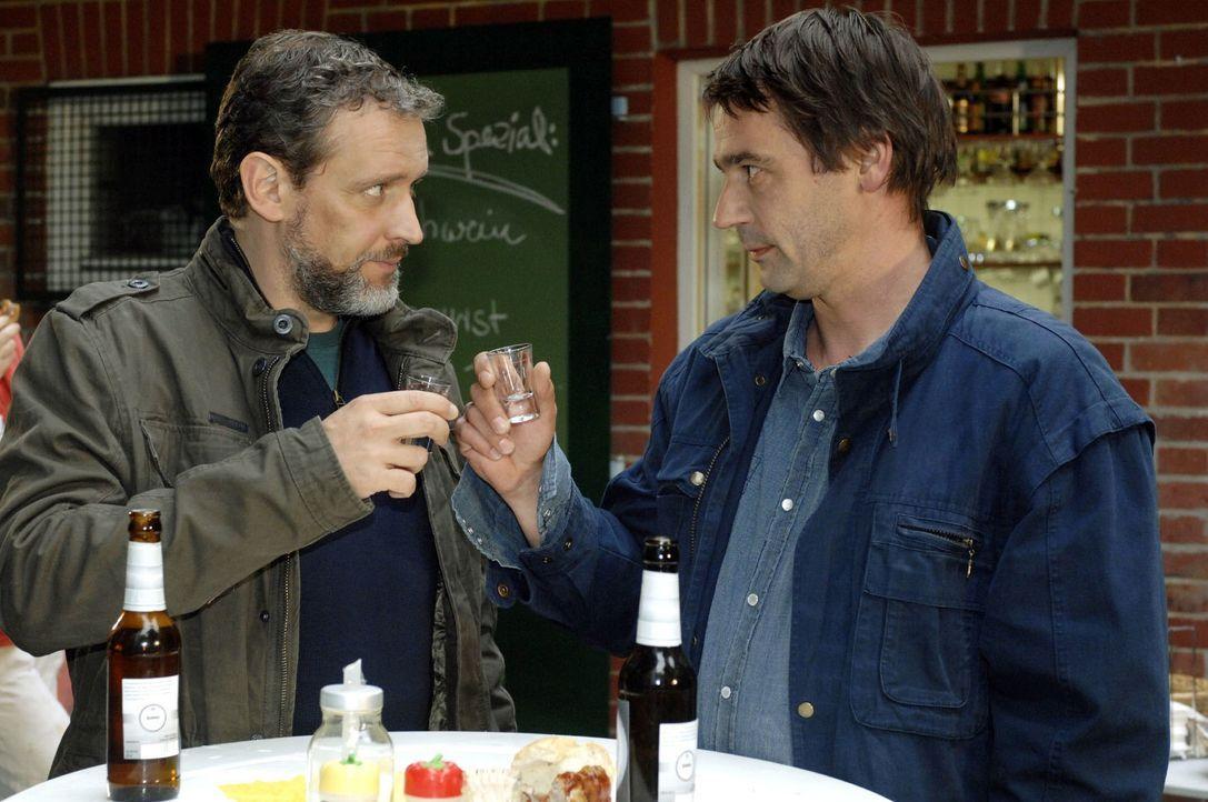 Ulrich (Wolfgang Wagner, l.) trifft auf Jaecki (Uli Drewes, r.) und erfährt, dass er es war, der Armin beim Finanzamt angezeigt hat. - Bildquelle: Oliver Ziebe Sat.1