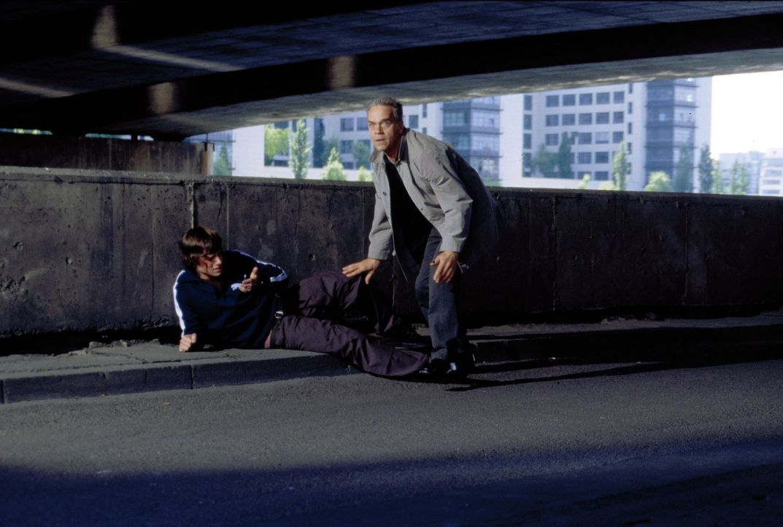 Kommissar Wolff (Jürgen Heinrich, r.) hofft, über Martin (Jonas Jägermeyr, l.) einem Drogendealer das Handwerk zu legen, der mit unreinen Ecstasy-Pi... - Bildquelle: Leslie Haslam Sat.1
