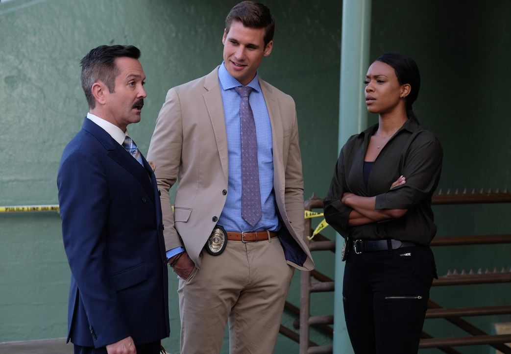 Möchte Sonya Bailey (Michelle Mitchenor, r.) und Zach Bowman (Andrew Creer, M.) davon überzeugen, dass es sich um einen Mord an seinem Klienten hand... - Bildquelle: Warner Brothers