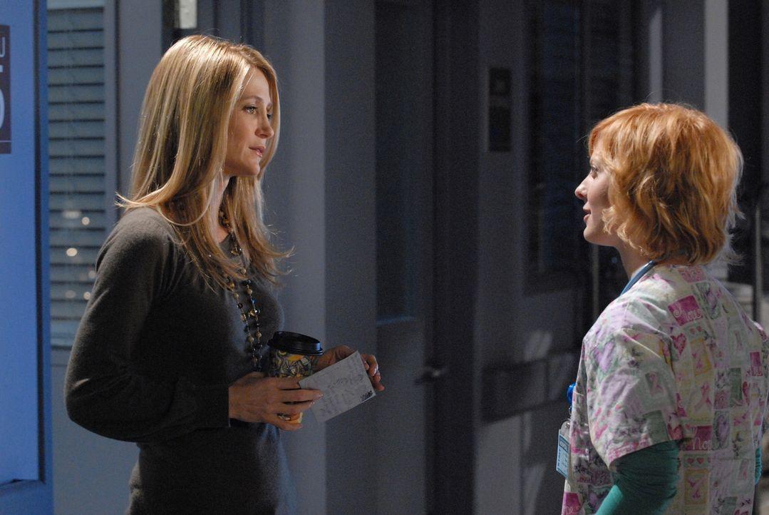In der Realität erhält Kirsten (Kelly Rowan, l.) von einer Krankenschwester die Sachen, die in Ryans Tasche waren und sieht den Brief von Marissa.... - Bildquelle: Warner Bros. Television
