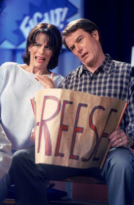 Lois (Jane Kaczmarek, l.) und Hal (Bryan Cranston, r.) sehen verzweifelt mit an, wie Reese seinen Kampf verliert ... - Bildquelle: TM +   2000 Twentieth Century Fox Film Corporation. All Rights Reserved.