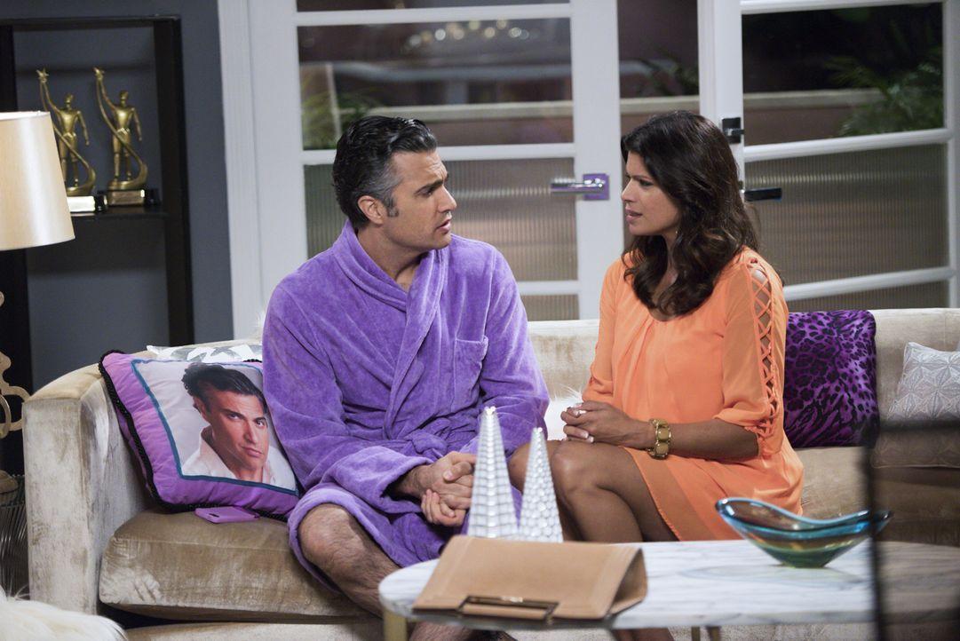 Machen sich Sorgen um Jane, die nach alldem was mit Rafael vorgefallen ist, nicht weiß, wie es weitergehen soll: Rogelio (Jaime Camil, l.) und Xo (A... - Bildquelle: Eddy Chen 2015 The CW Network, LLC. All rights reserved.