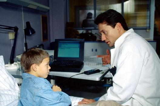 Dr. Kampmann (Ulrich Reinthaller, r.) redet dem kleinen Simulanten Ollie (Seb...
