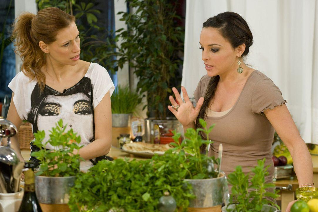 Treffen sich zum Mädelsabend: Estefania Küster (r.) und Yasmina Filali (l.) ... - Bildquelle: sixx
