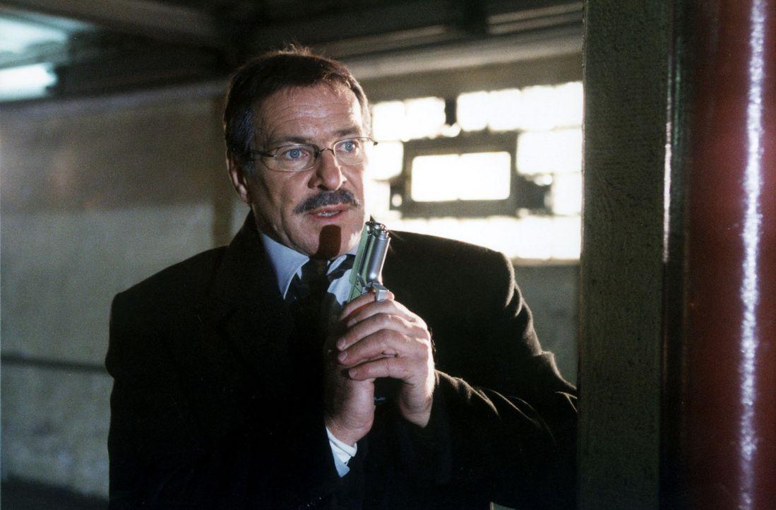 Von der Polizei enttäuscht, nimmt Carl Heidfeld (Götz George) selbst Kontakt mit den Geiselnehmern seiner Tochter auf. Im Versteck erwartet ihn eine... - Bildquelle: Grabka Sat.1