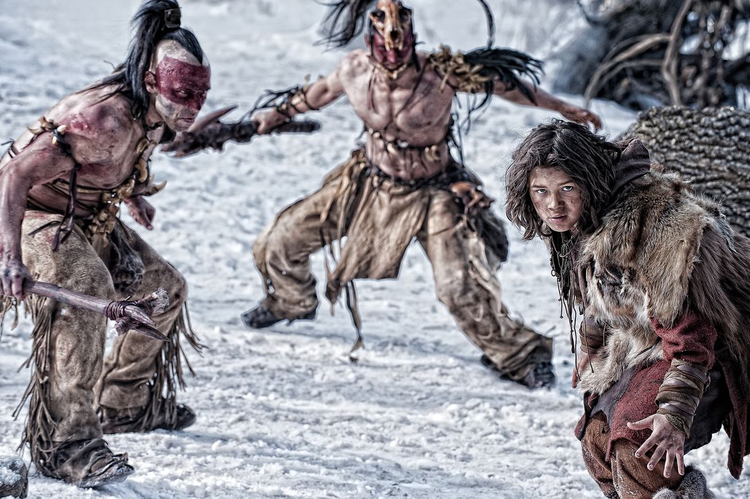 Eines Tages greifen die Männer des Warlords Khalar Zym Conans (Leo Howard, r.) Dorf an und machen es dem Erdboden gleich. Der Junge sinnt auf Rache,... - Bildquelle: Nu Image Films