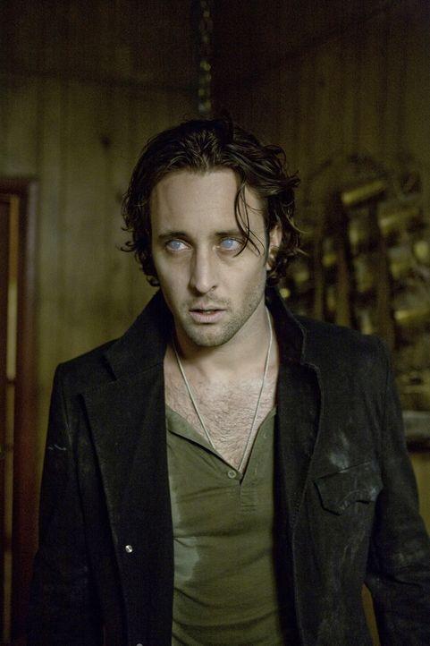 Nach der Anstrengung in der Wüste wird die Zeit für Mick (Alex O'Loughlin) knapp: Erhält er noch rechtzeitig sein Blut? - Bildquelle: Warner Brothers