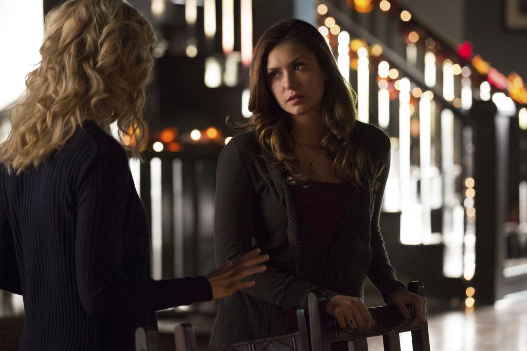 Elena und Caroline beim Friendsgiving - Bildquelle: Warner Bros. Entertainment Inc.