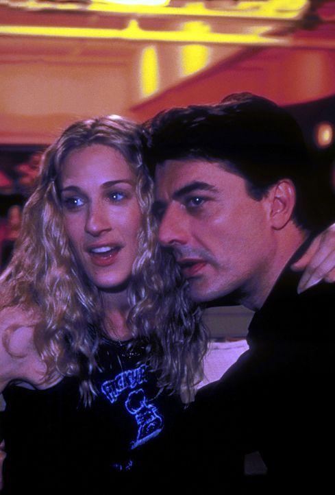 Carrie (Sarah Jessica Parker, l.) arbeitet weiter daran, ihre angeschlagene Beziehung mit Mr. Big (Chris Noth, r.) zu verbessern. Wird es ihr geling... - Bildquelle: 2001 Paramount Pictures