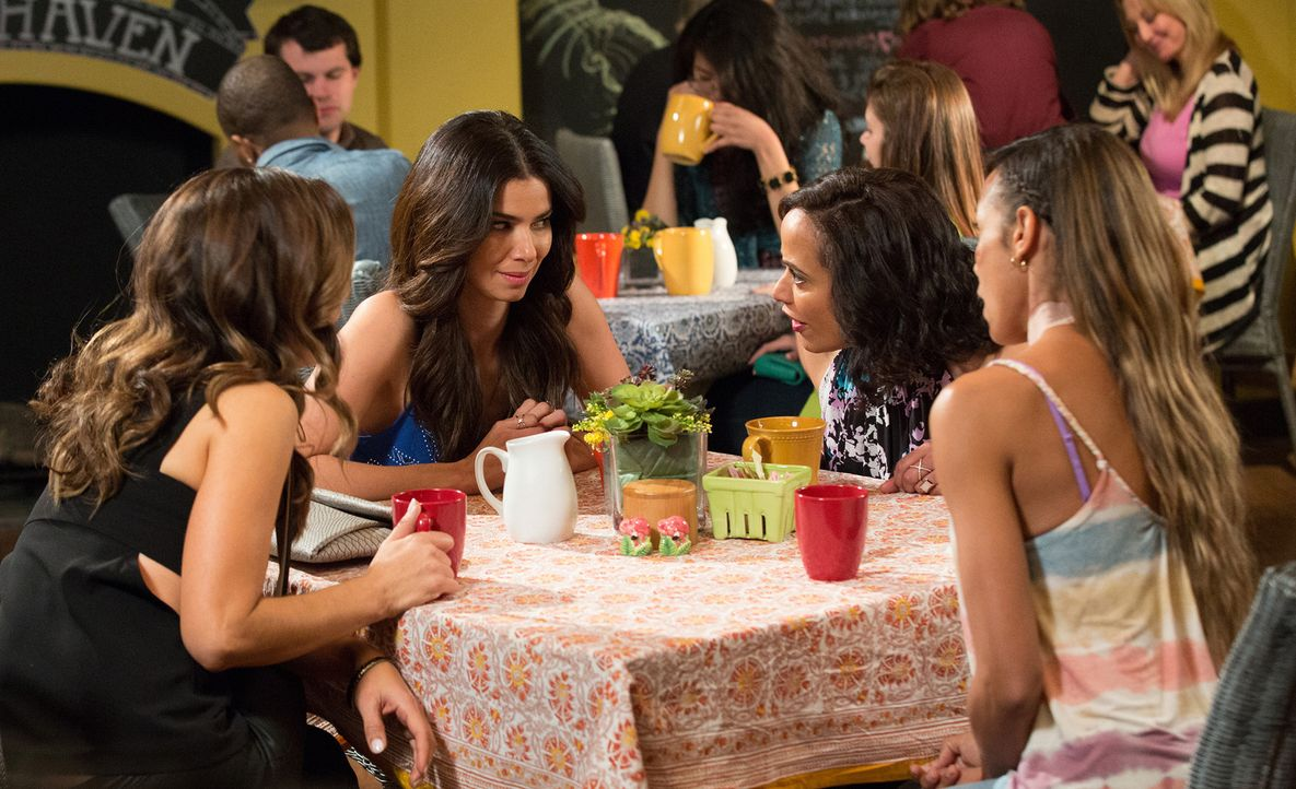 Carmen (Roselyn Sanchez, 2.v.l.) erzählt ihren Freundinnen (v.l.n.r. Ana Ortiz, Judy Reyes, Dania Ramirez), dass sie mit Kellner Doug Sex hatte - un... - Bildquelle: Bob Mahoney 2016 American Broadcasting Companies, Inc. All rights reserved.