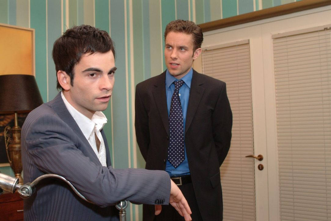 David (Mathis Künzler, l.) berät sich mit Max (Alexander Sternberg, r.), welche Möglichkeiten es gibt, um Lisa loszuwerden. Doch Max macht ihm kl... - Bildquelle: Sat.1