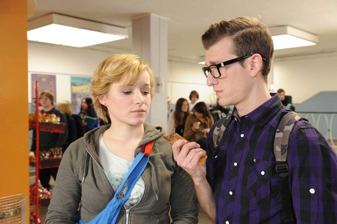 Emma (Kasia Borek, l.) traut sich Hotte (Dennis Schigiol, r.) nicht die Wahrheit zu sagen ... - Bildquelle: Christoph Assmann SAT.1