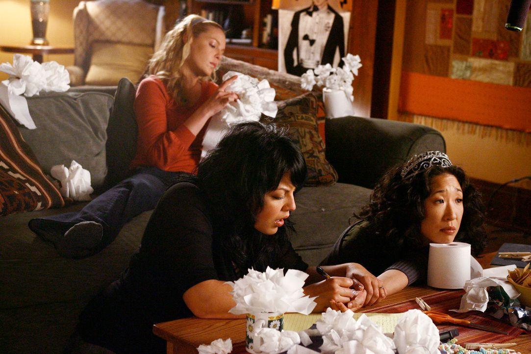 Am Tag der Hochzeit sitzt Cristina (Sandra Oh, vorne r.) mit Meredith, Izzie (Katherine Heigl, hinten) und Callie (Sara Ramirez, vorne l.) zusammen... - Bildquelle: Touchstone Television