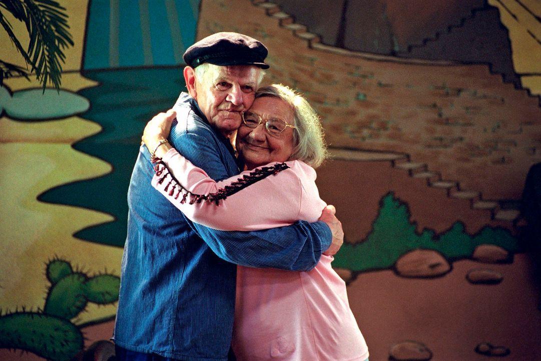 Adrian (Horst Balhau, l.) und Oma Frischhut (Dorothea Walda, r.) auf den Brettern, die die Welt bedeuten: Seit 20 Jahren wird in Kudrow in bewährter... - Bildquelle: Hardy Spitz Sat.1