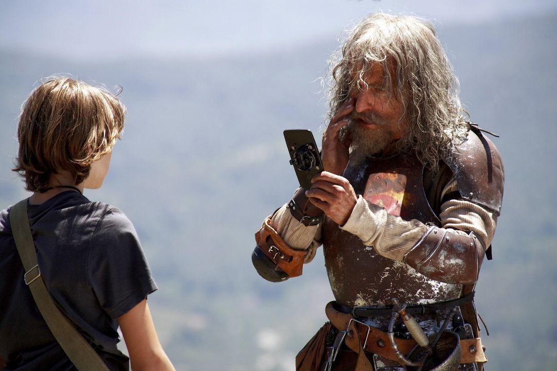 Moritz (Johann Hillmann, l.) redet auf Don Quichote (Christoph Maria Herbst, r.) ein. Schließlich ist er kein tapferer strahlender Ritter, sondern n... - Bildquelle: Christian Hartmann Sat.1