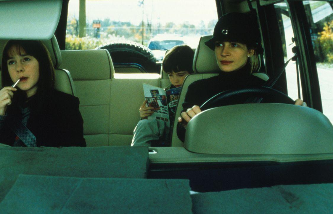 Obwohl es ihr Ben (Liam Aiken, M.) und Anna (Jena Malone, l.) nicht leicht machen, gibt Isabel (Julia Roberts, r.) nicht auf, ihr Vertrauen zu gewin... - Bildquelle: Columbia Pictures