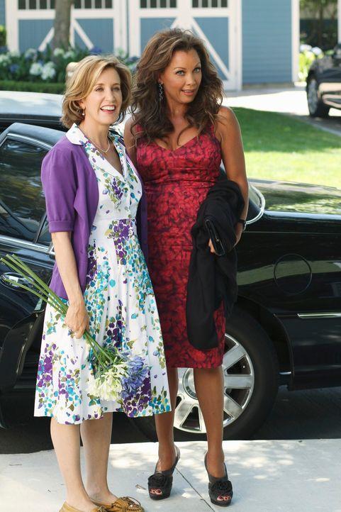 Während Lynette (Felicity Huffman, l.) Besuch von ihrer ehemaligen Highschool-Freundin Renne (Vanessa Williams, r.) bekommt, muss Susan mit ihren ne... - Bildquelle: ABC Studios