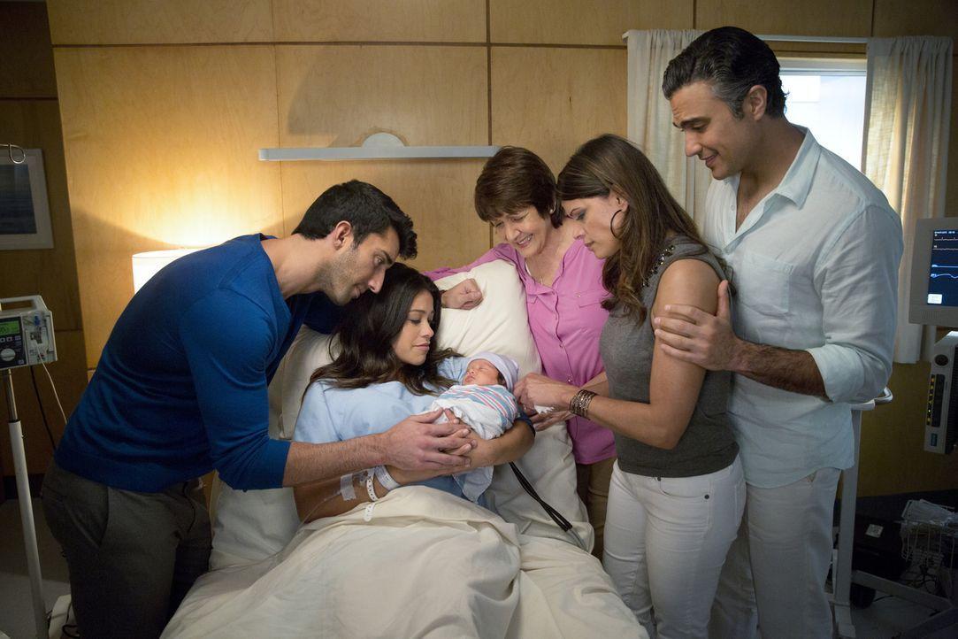 Freuen sich über den Nachwuchs: Jane (Gina Rodriguez, 2.v.l.), Alba (Ivonne Coll, M.), Xo (Andrea Navedo, 2.v.r.), Rogelio (Jaime Camil, r.) und Raf... - Bildquelle: 2014 The CW Network, LLC. All rights reserved.