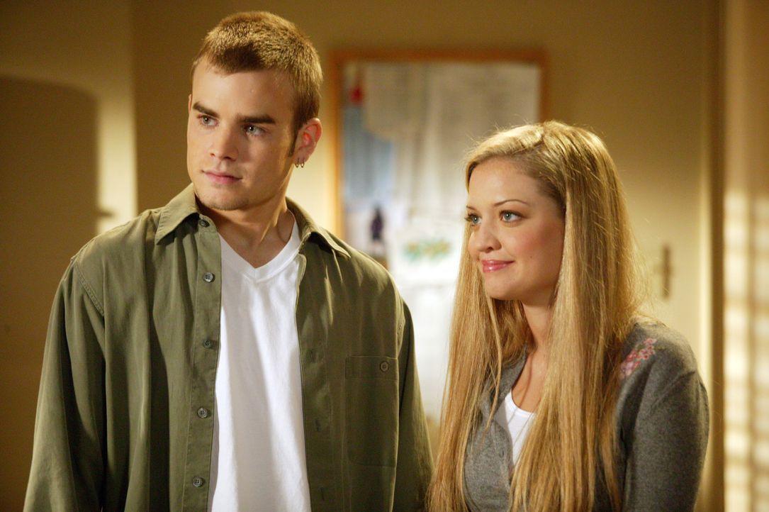 Die besorgte Christina (Lauren Storm, r.) findet bei Simon (David Gallagher, l.) im Wohnheim Unterschlupf, doch nun droht ihm der Rausschmiss ... - Bildquelle: The WB Television Network