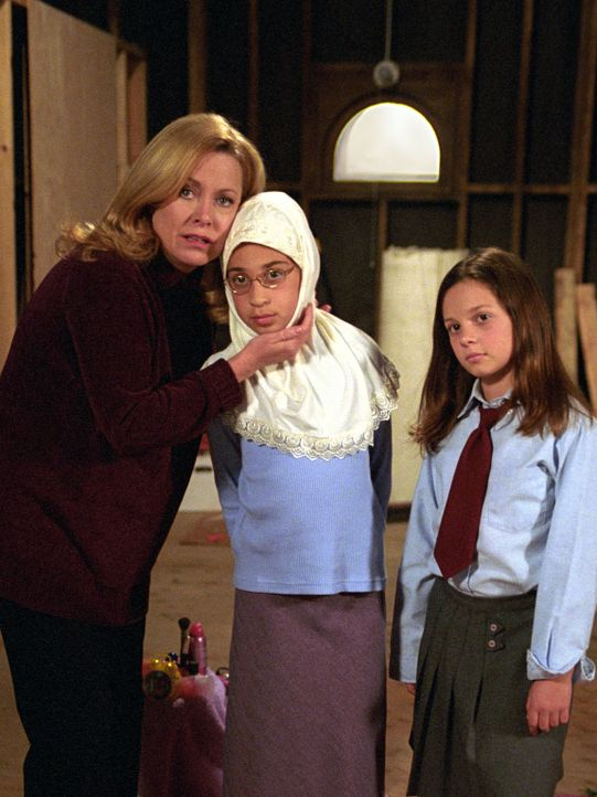 Annie (Catherine Hicks, l.) ist überrascht, als sie herausfindet, dass Ruthie (Mackenzie Rosman, r.) in der Garage eine Freundin (Ashley Solomon, M.... - Bildquelle: The WB Television Network