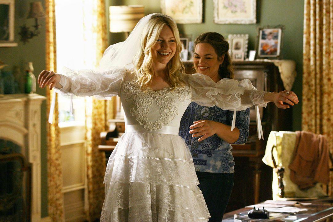 Lässt sich bei der Anprobe des Hochzeitskleides ihrer Mutter von ihrer Freundin Janet (Rebecca Field, r.) helfen: Hannah (Laura Prepon, l.)... - Bildquelle: ABC Studios