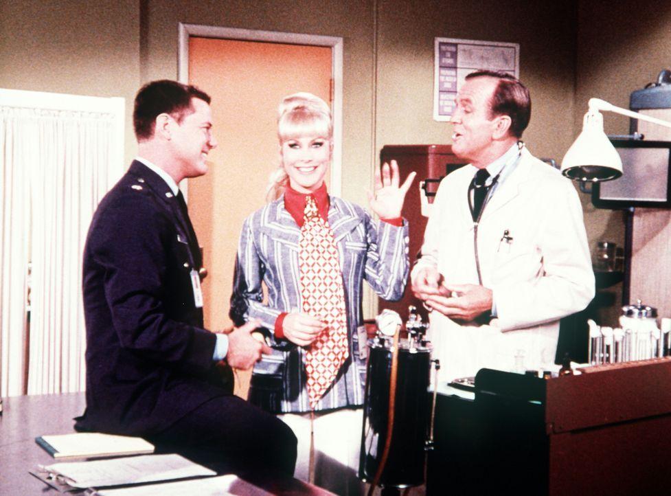 Mit Hilfe eines genialen Tricks überlisten Jeannie (Barbara Eden, M.) und Tony (Larry Hagman, l.) Dr. Bellows (Hayden Rorke), als es darum geht, Jea...