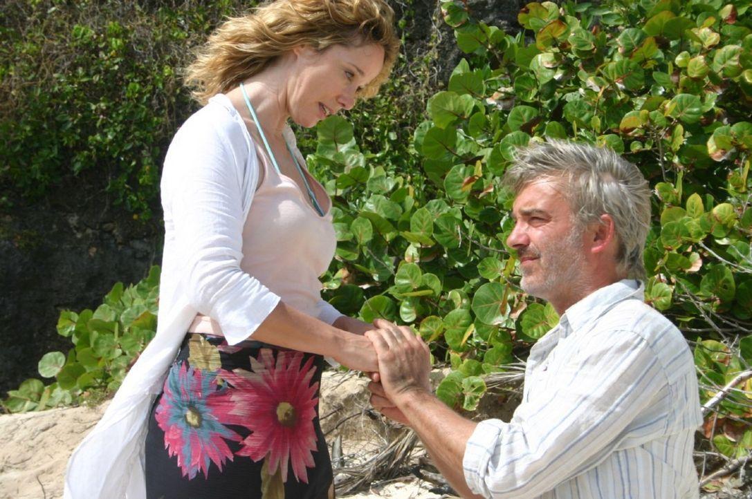 Am Strand der einsamen Insel macht Christian (Christoph M. Ohrt, r.) seiner Billy (Ann-Kathrin Kramer, l.) einen Heiratsantrag ... - Bildquelle: Sat.1