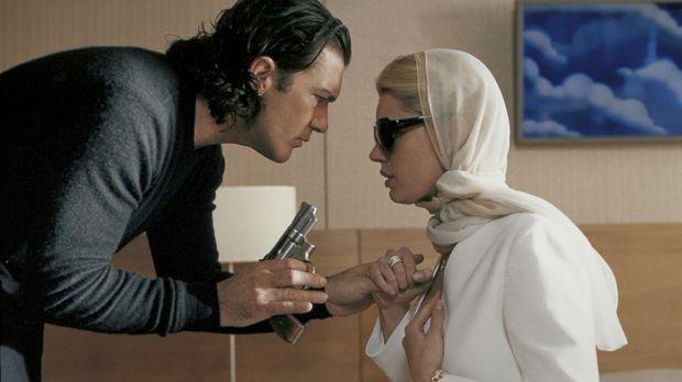 Um ihren früheren Komplizen zu entgehen, lässt Laure (Rebecca Romijn-Stamos,...