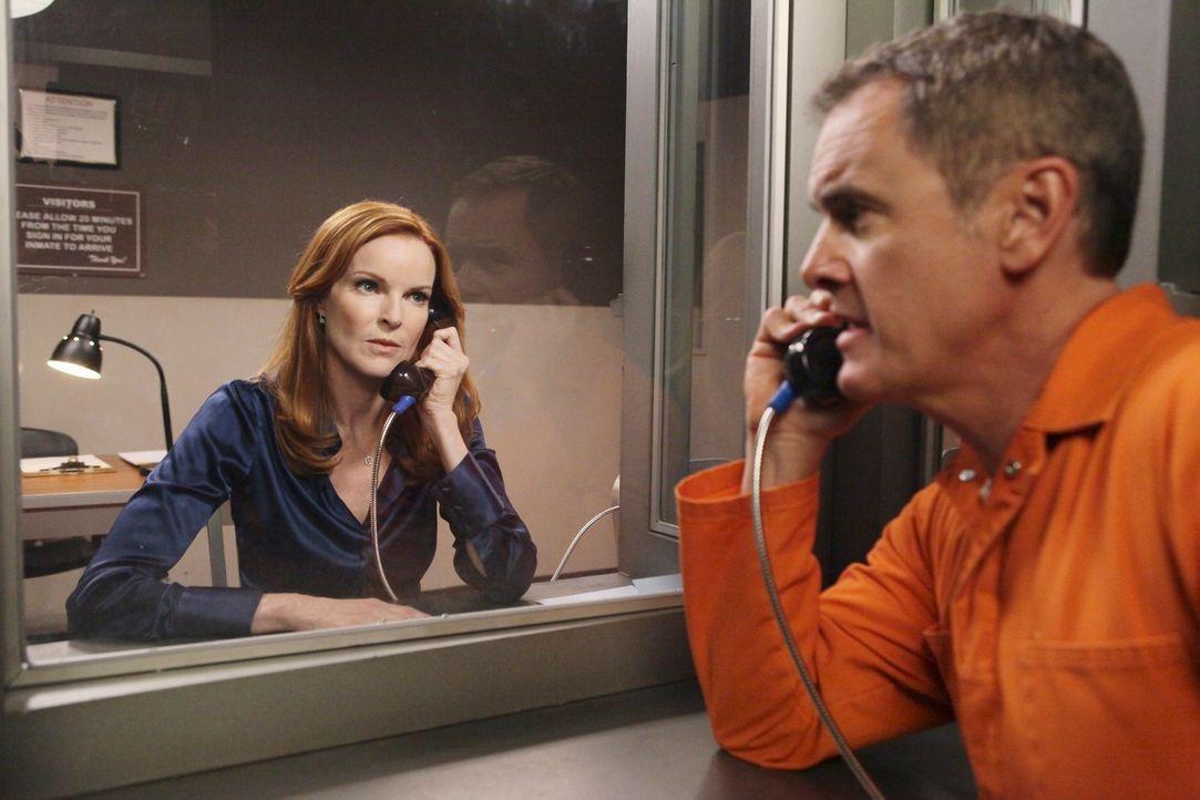 Als Bree (Marcia Cross, l.) Paul Young (Mark Moses, r.) im Gefängnis besucht, erfährt sie interessante Neuigkeiten über Chucks Vergangenheit ... - Bildquelle: ABC Studios