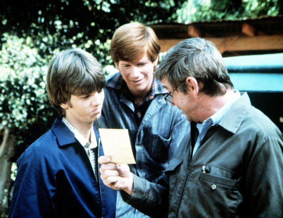 Stolz ist John Walton (Ralph Waite, r.) auf seinen Sohn Jim Bob (David W. Harper, l.), der ein gutes Zeugnis erhalten hat. Auch Ben (Eric Scott) fre... - Bildquelle: WARNER BROS. INTERNATIONAL TELEVISION