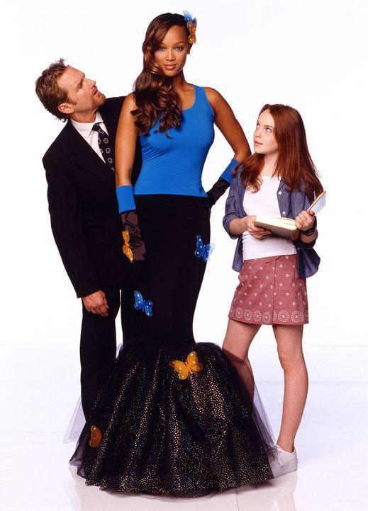 Stolz präsentiert die kleine Casey (Lindsay Lohan, r.) ihrem Papa (Jere Burns, l.) ihre Puppe Eve (Tyra Banks, M.), die während einer Geisterbesch... - Bildquelle: Disney